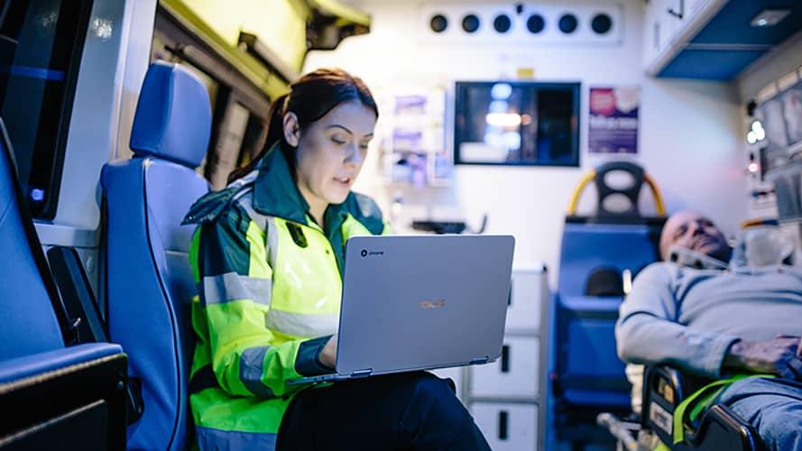 funcionários da linha de frente trabalhando com Chromebooks