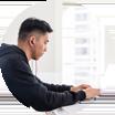 Persona con auriculares frente a una computadora