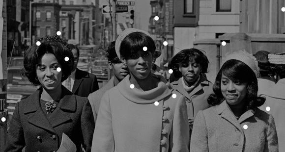 Immagine di archivio in bianco e nero di un gruppo di donne.
