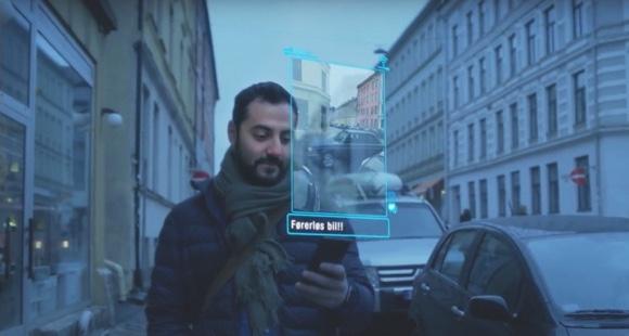Imagem de um homem segurando um smartphone com vista projetada da tela.
