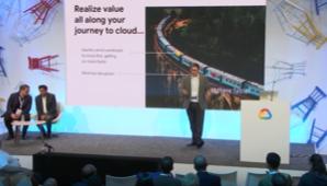 一位男士站在 Google Cloud Next '19 大会讲台上