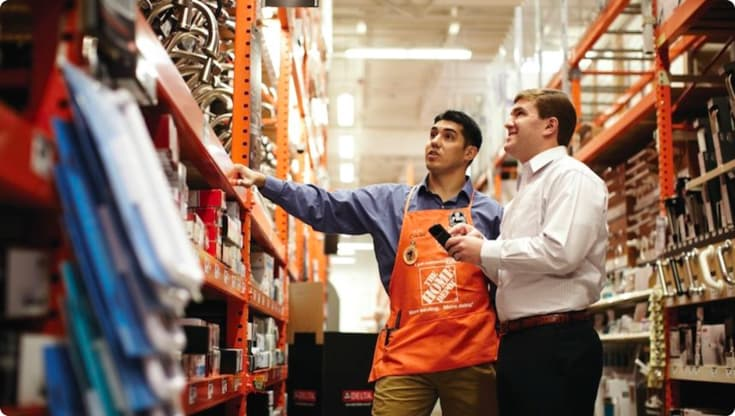 The Home Depot に来た買い物客