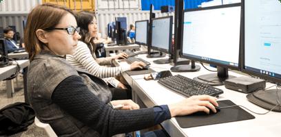 Alumna en un laboratorio de informática