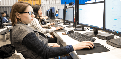 计算机实验室内的学生