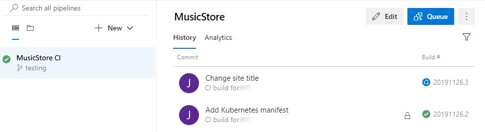 Captura de pantalla en la que se muestra la lista de compilaciones en curso, con la compilación de MusicStore en progreso