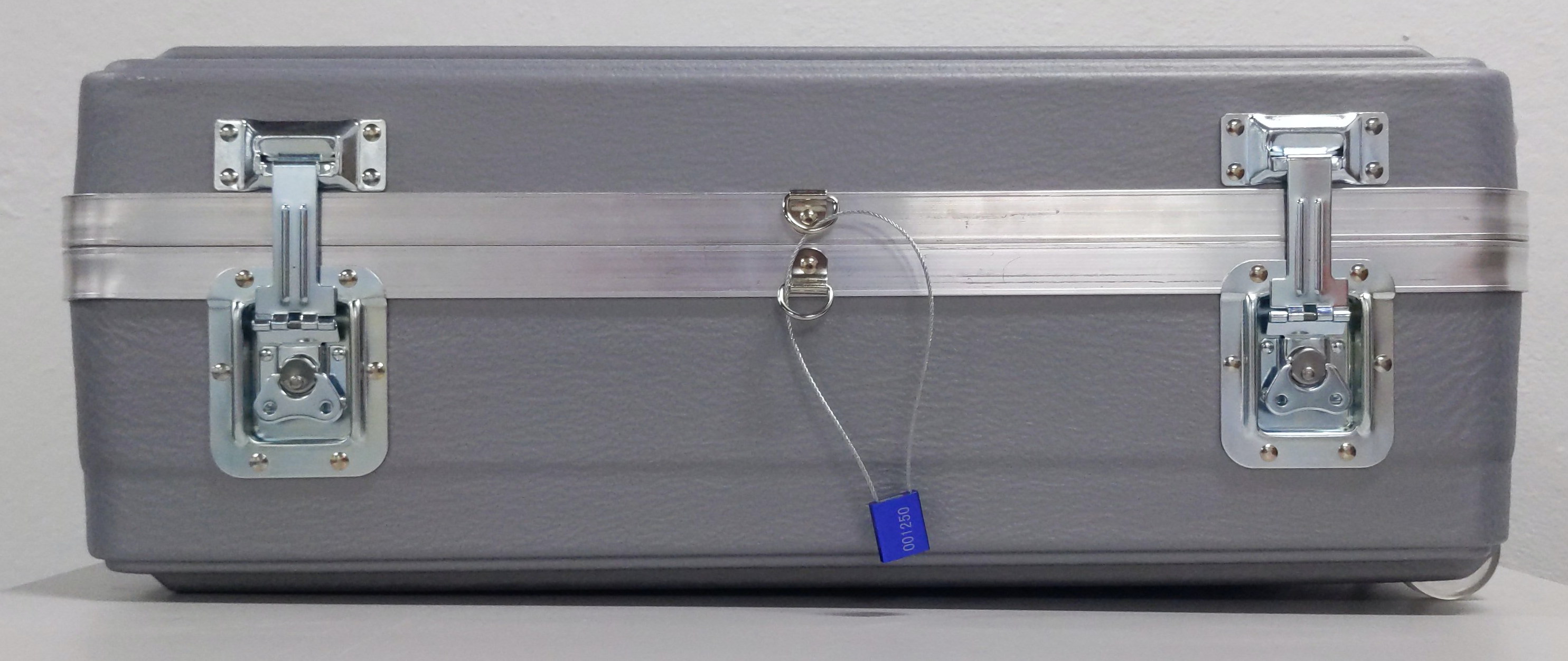 将线的末端插入锁中