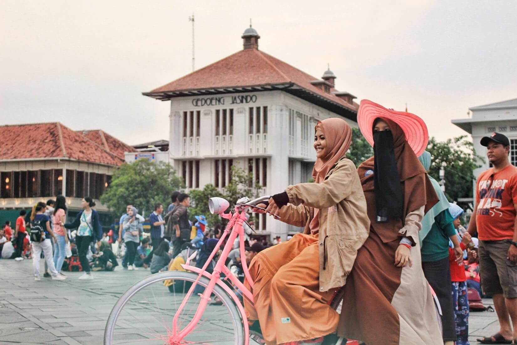 자카르타에서 자전거를 타는 여성 이미지